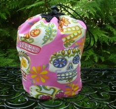 Sugar skulls with glitter on pink SueBee Round Drawstring Bag