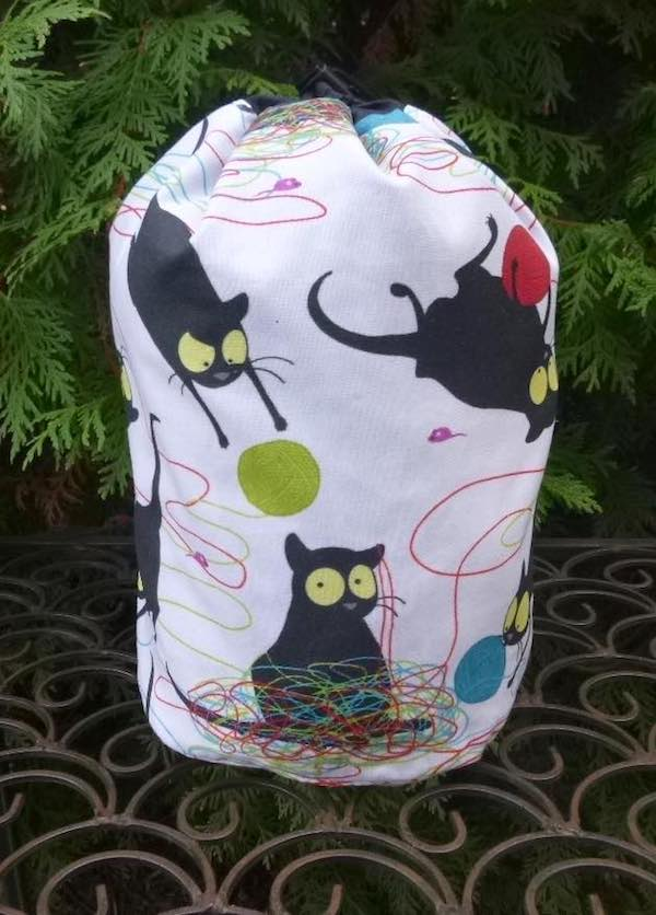 Happy kitty SueBee Round Drawstring Bag