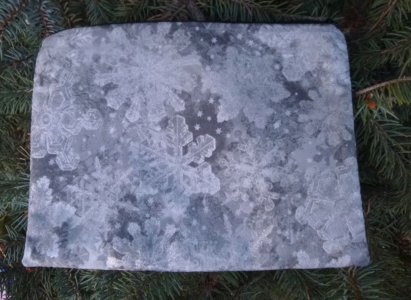 Silver Snowflakes Mahjongg card and coin purse, The Slide